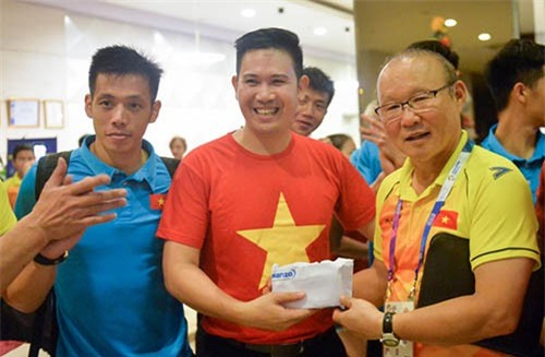 Chủ tịch Asanzo thưởng tận tay ĐT Việt Nam hồi tháng Tám