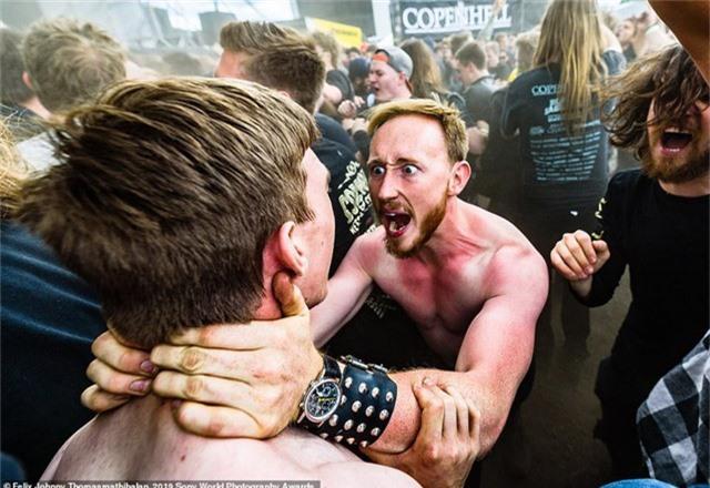 Felix Johnny Thomasmathibalan đến từ Thụy Điển chụp bức ảnh này tại một sự kiện nhạc rock diễn ra ở Copenhagen (Đan Mạch). Một nhóm bạn đã có cách tận hưởng âm nhạc đầy kịch tính.