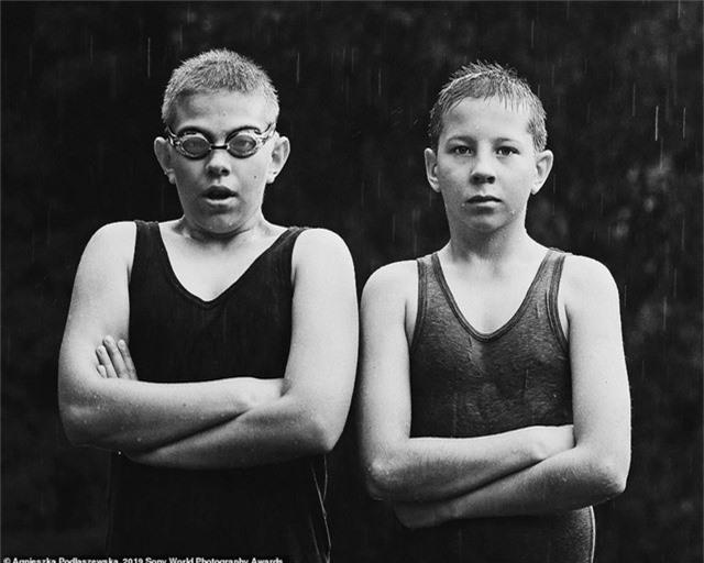Agnieszka Podlaszewska đến từ Ba Lan chụp hai cậu thiếu niên chơi đùa trong một ngày hè có mưa.