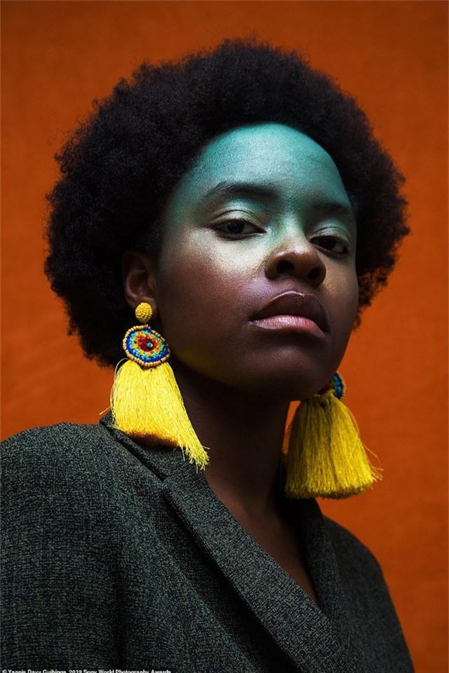 Yannis Davy Guibinga đến từ Gabon (một quốc gia ở Trung Phi) chụp bức ảnh chân dung này ở Montreal (Canada) - nơi hiện tại nhiếp ảnh gia đang sinh sống. Davy chia sẻ rằng anh muốn chụp bức ảnh để tôn vinh vẻ đẹp mái tóc người phụ nữ Châu Phi.