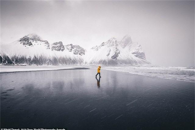Witold Ziomek đến từ Ba Lan chụp bức ảnh này khi đang khám phá bờ biển lạnh giá nơi mũi đất Stokksnes, Iceland. Bất ngờ một cơn gió lạnh nổi lên mang theo những hạt mưa đã đóng băng ngay từ trong không trung, tạo nên một cảnh tượng lạ thường.