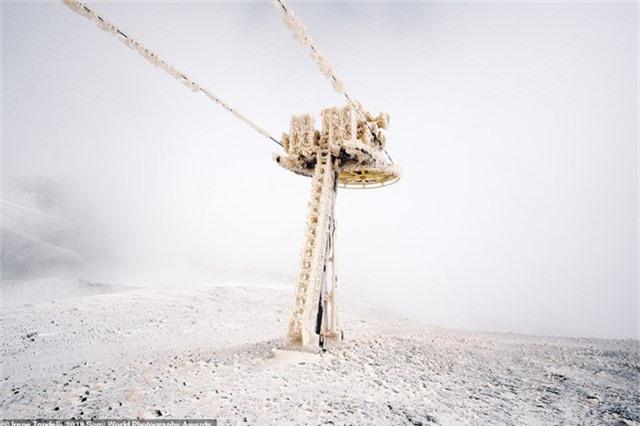 """Irene Tondelli chụp bức ảnh này khi leo núi Etna ở Sicily, Ý. Núi lửa Etna hiện tại vẫn đang hoạt động, đối với nhiều người dân trên thế giới này, một ngọn núi lửa đang hoạt động giống như mầm mống của thảm họa, là điều gì đó rất khủng khiếp, nhưng đối với những người dân sống quanh ngọn núi lửa này, đó chỉ đơn thuần là """"một ngọn núi của sự phá hủy và tái dựng""""."""