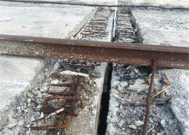 Do công trình chưa hoàn thành nên nhiều vị trí sắt thép đã hoen gỉ.