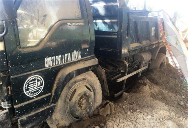 Xe ô tô ngập trong bùn đất.