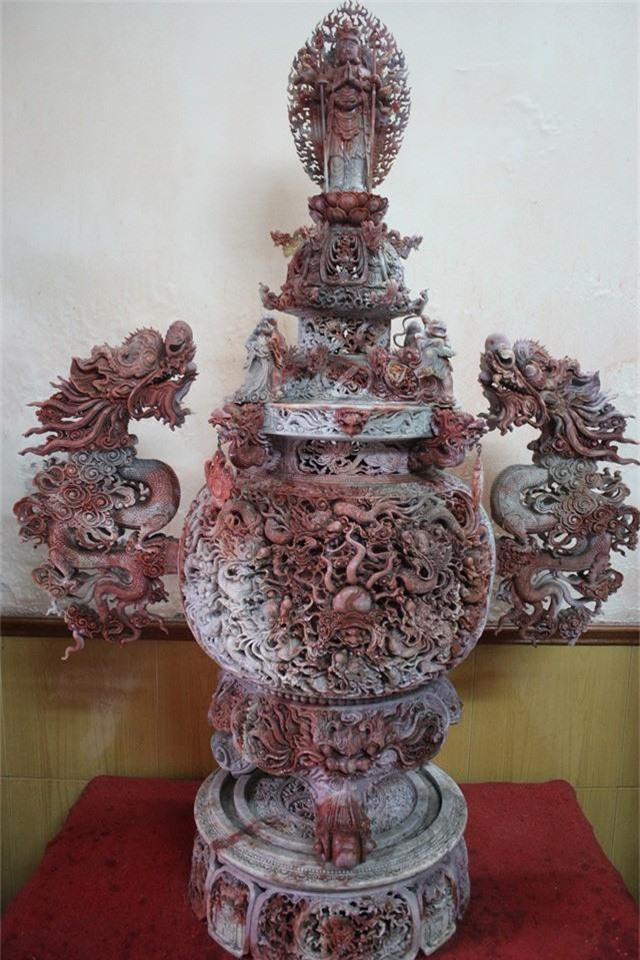 Chiếc lư hương được chế tác từ đá nguyên khối nặng 1 tấn, chạm khắc 83 con rồng tinh xảo