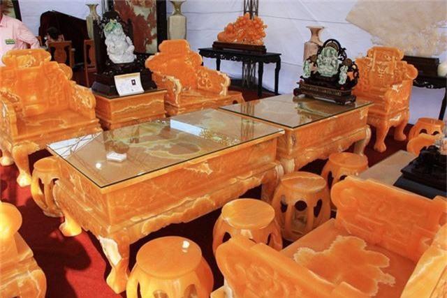 Bộ bàn ghế gồm có 2 bàn, 4 ghế sofa và 12 đôn nhỏ được làm từ 50 tấn ngọc Hoàng Long