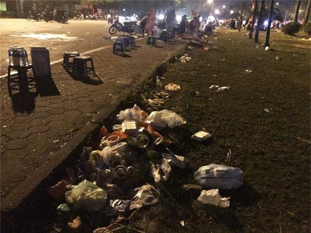 Khung cảnh để lại là ngổn ngang những đống rác dọc theo các lối đi và tràn ngập ra cả khu vực sân phía trước SVĐ quốc gia Mỹ Đình.