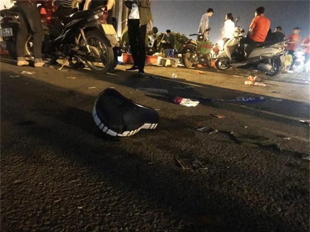 Thậm chí cả một chiếc mũ bảo hiểm do một dân đi bão nào đó đánh rơi xuống đường.