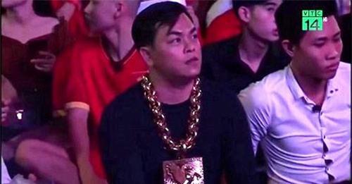 Clip: Đại gia đeo 13 kg vàng cổ vũ đội tuyển Việt Nam thật hay giả?