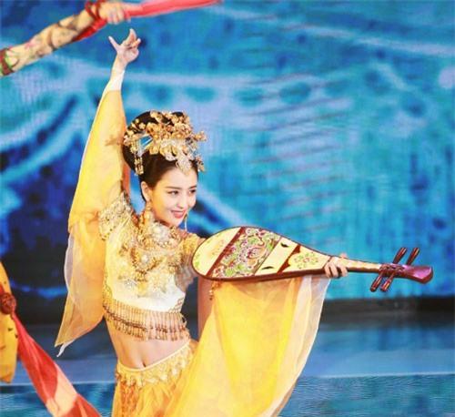 Mỹ nữ Tân Cương gây sốt vì điệu vũ gợi cảm