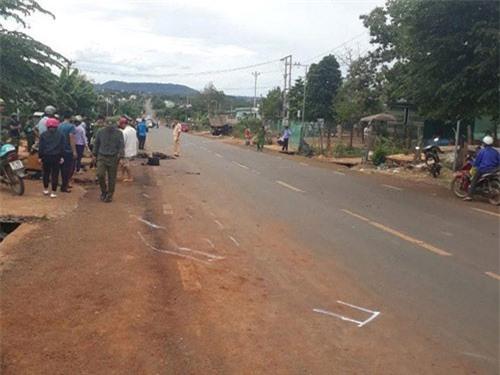 Gia Lai: Va chạm với xe tải, hai cha con tử vong