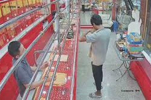 Clip hot (13/12): Tên cướp nhận cái kết 'đắng' khi gặp chủ cửa hàng cao tay, 'hoa băng' hiếm gặp bao phủ mặt đất ở Mỹ