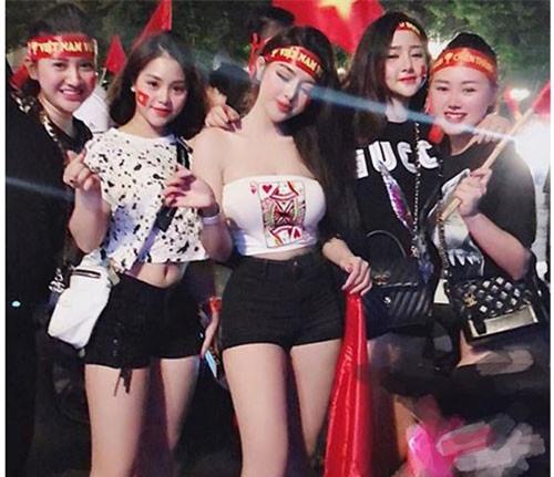 Những nữ cổ động viên tuyển bóng đá Việt Nam gây chú ý vì mặc quá bốc lửa