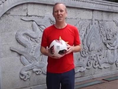 Clip: Đại sứ Anh mặc áo cờ đỏ sao vàng cổ vũ ĐT Việt Nam vô địch AFF Cup