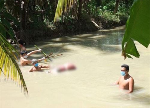 Trà Vinh: Người chồng nghi giết vợ, dìm xuống mương nước