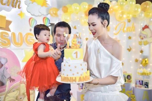 Hoa hậu đám cưới xa hoa với đại gia mía đường làm sinh nhật hoành tráng cho con