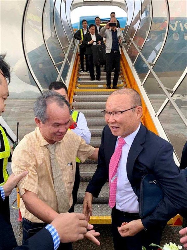 Ông bầu CLB Hoàng Anh Gia Lai Đoàn Nguyên Đức đón HLV Park Hang-seo tại cầu thang máy bay