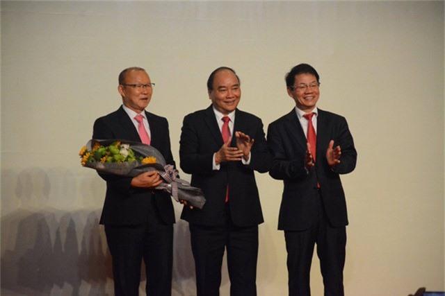 Thủ tướng tặng hoa HLV Park Hang-seo