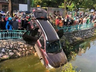 Hà Nội: Ô tô 7 chỗ 'hạ gục' dải phân cách, lao xuống hồ Trúc Bạch