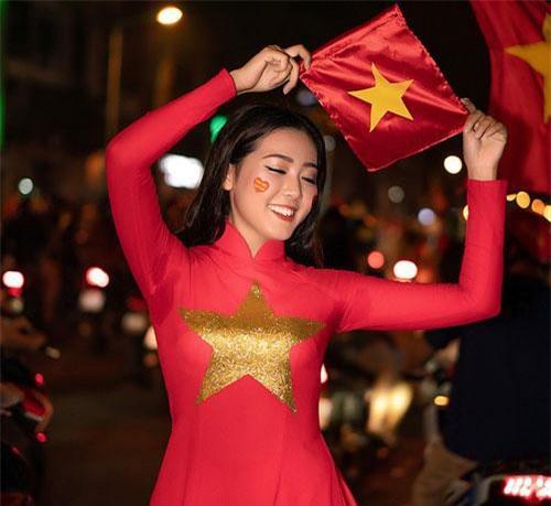 Á khôi Sinh viên mặc áo dài đỏ xuống đường mừng ĐT Việt Nam vô địch