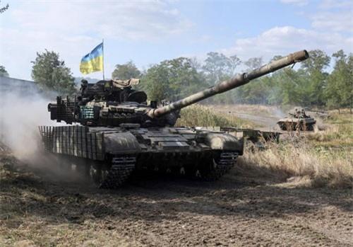 Ukraine điều xe tăng, máy bay chiến đấu đến tiền tuyến ở miền đông giữa lúc căng thẳng