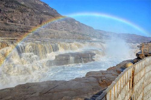 Clip: Thác nước màu vàng lớn nhất thế giới hóa đá dưới cái lạnh -17 độ C