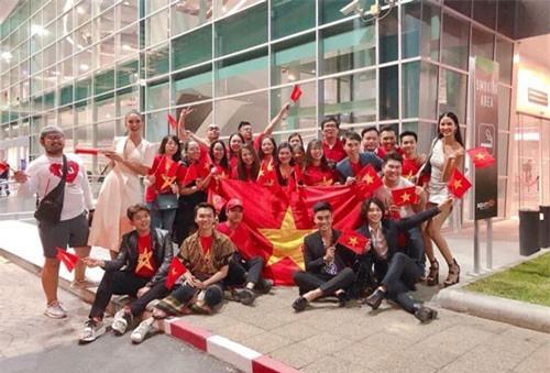 """Hoàng Thuỳ, Lệ Hằng cùng """"team Việt Nam"""" có mặt tại sân khấu cổ vũ H'Hen Niê trong chung kết Miss Universe 2018"""