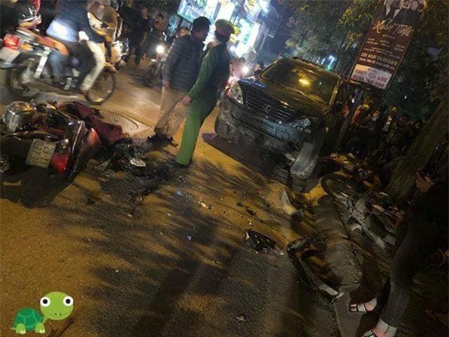 Hà Nội: Nữ tài xế xe Leus đâm nát 8 xe máy, nhiều người bị thương