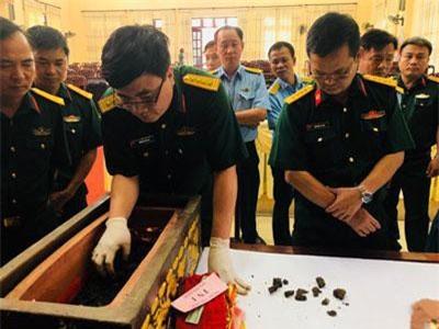 Gia đình phi công Việt Nam vụ máy bay rơi ở Tam Đảo: 'Tìm thấy cái gì cũng là quý'