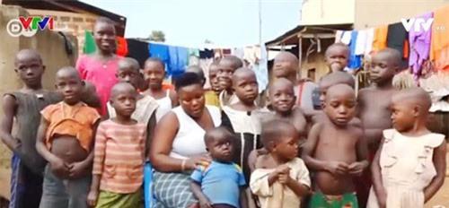 Người mẹ của 44 người con ở Uganda