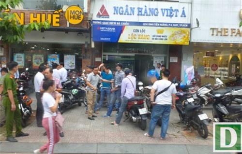 Nghi phạm cướp ngân hàng ở Sài Gòn đã đốt xe máy phi tang