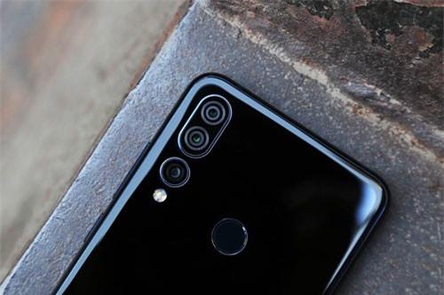 Ba camera sau của Lenovo Z5s có độ phân giải 16 MP, khẩu độ f/1.8 cho khả năng lấy nét theo pha, chụp ảnh góc rộng. Cảm biến thứ 2 độ phân giải 8 MP, f/2.4 cho khả năng zoom quang học 2x. Cảm biến còn lại 5 MP, f/2.4 cho độ sâu trường ảnh. Bộ ba này được trang bị đèn flash LED kép, quay video 4K.