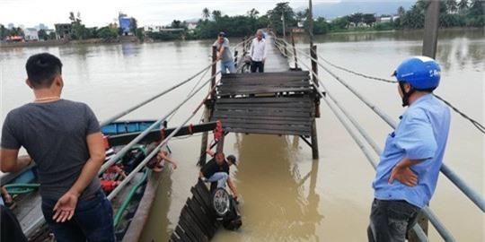 Sập cầu Nha Trang, 4 người cùng xe máy rơi xuống sông - Ảnh 1.