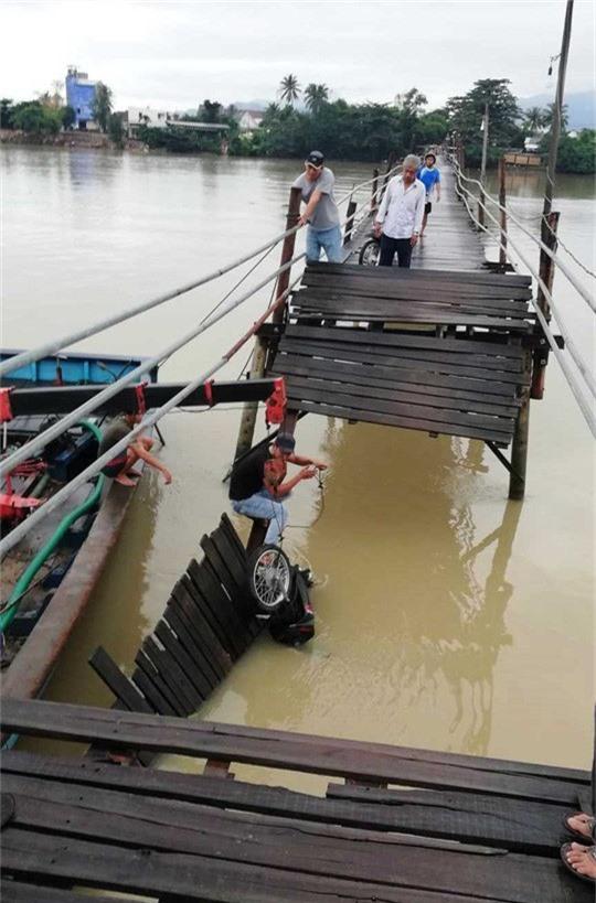 Sập cầu Nha Trang, 4 người cùng xe máy rơi xuống sông - Ảnh 2.