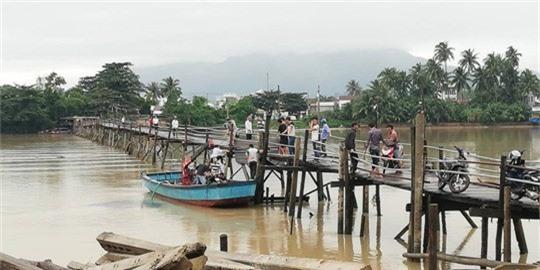 Sập cầu Nha Trang, 4 người cùng xe máy rơi xuống sông - Ảnh 3.