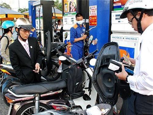 Giá xăng dầu được điều chỉnh sớm hơn 5 ngày so với chu kỳ bình thường. (Ảnh minh hoạ).