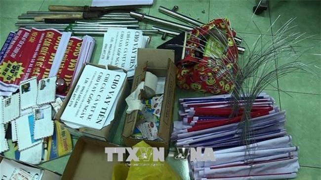 Tang vật công an thu giữ trông vụi siết nợ tại thị xã Dĩ An, Bình Dương (Ảnh: TTX)