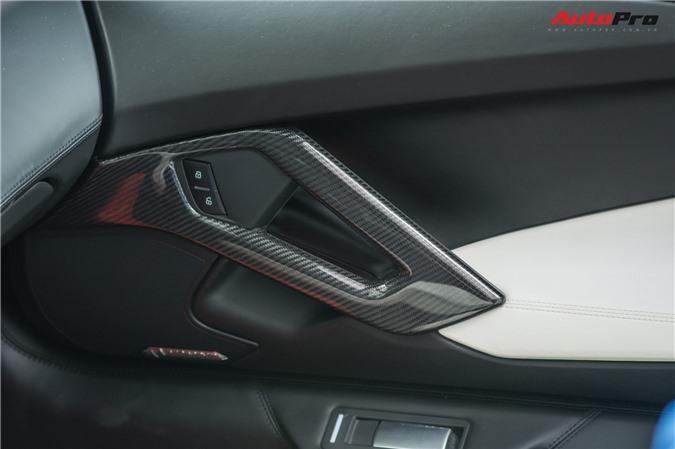 Ốp carbon còn xuất hiện ở phần đồng hồ hiển thị phía sau vô-lăng, bảng điều khiển trung tâm, tay nắm cửa. Hiện chưa rõ số tiền mà vị đại gia này phải bỏ ra để có thể khiến chiếc Lamborghini Aventador Roadster của mình trở thành một trong những chiếc Aventador có nhiều chi tiết sợi carbon nhất Việt Nam.