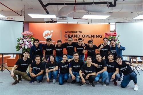 Đội ngũ nhân sự Money Forward tại Việt Nam cùng CEO tập đoàn tại Nhật Bản.