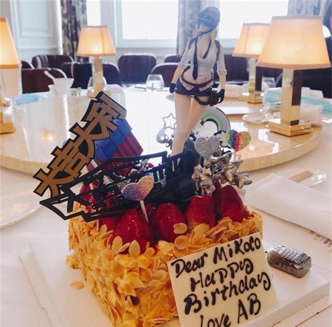 Đi dự tiệc sinh nhật bạn mà Angelababy cũng chiếm spotlight vì quá xinh đẹp - Ảnh 2.
