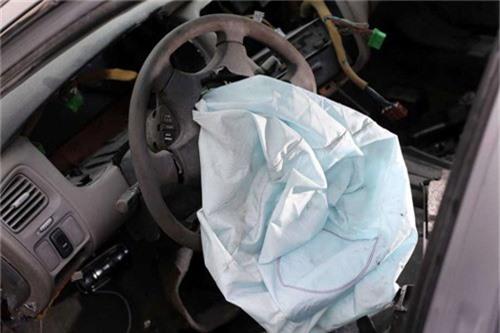 Bơm túi khí Takata bị lỗi, nổ quá mạnh khiến mảnh vỡ sắc nhọn có thể gây sát thương với người trên xe.