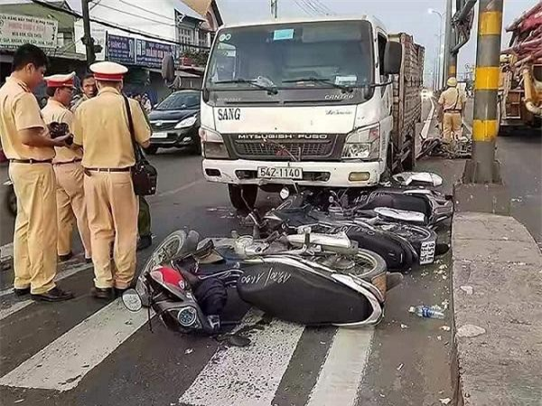 Xe tải đâm lao vào dòng người đang chờ đèn đỏ tại quận Bình Tân (TPHCM)