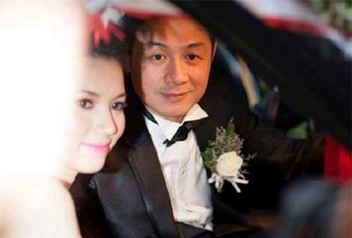 Khoảnh khắc trong ngày cưới của MC Anh Tuấn và Lý Hồng Nhung.