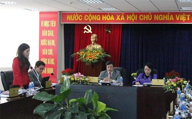 Giám đốc Sở Y tế Lâm Đồng báo cáo với Bộ trưởng và đoàn công tác của Bộ về những khó khăn vướng mắc của ngành (Ảnh: VH)