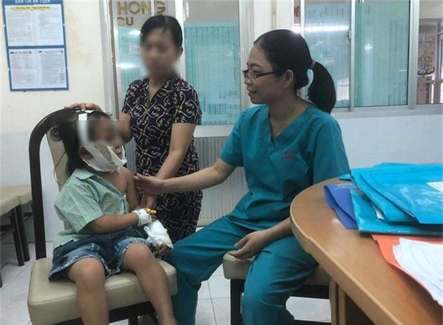 Bé gái bỏng nặng vì nghịch chai keo xịt tóc đã hết - Ảnh 1.