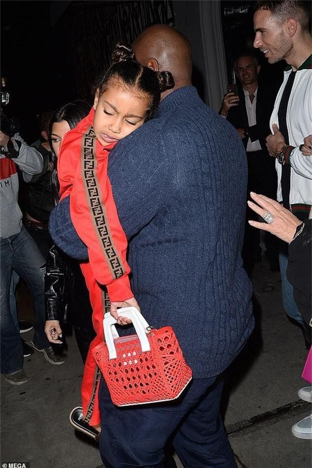 Con gái Kim Kardashian diện toàn đồ hiệu - Ảnh 1.