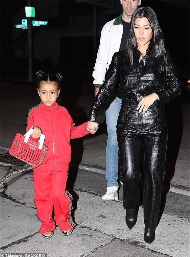 Con gái Kim Kardashian diện toàn đồ hiệu - Ảnh 8.