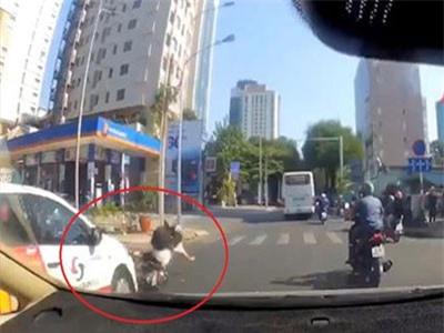 CLIP: Cô gái điều khiển xe máy đột ngột tạt đầu ôtô ngã nhào xuống đường