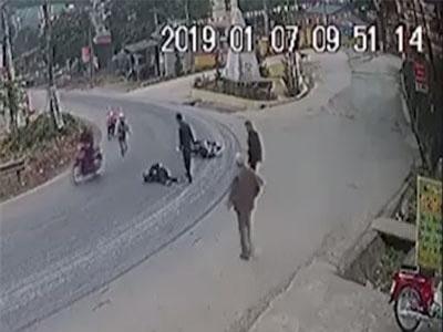 CLIP: Hàng loạt xe máy gặp nạn tại 'khúc cua tử thần' ở Yên Bái