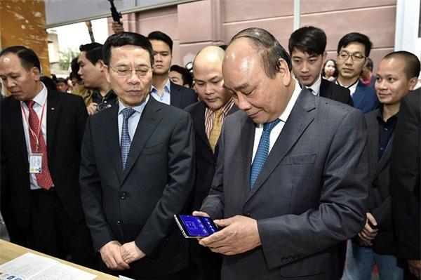 Thủ tướng thăm gian triển lãm điện thoại thông minh của Vingroup. (Ảnh: VGP)